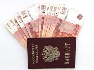 купюры 5000 рублей веером в паспорте на фото