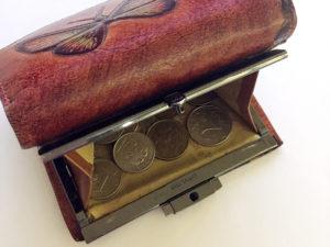 Фото открытого кошелька с монетами