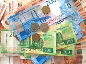 Деньги лежат на столе фото