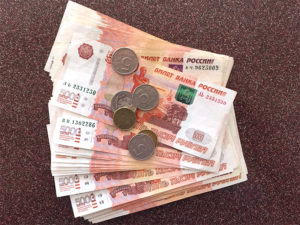5000 рублей лежат веером изображение