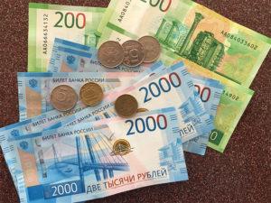 фотография монетки и купюры